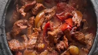 Akşam yemeği için lokum gibi pişmiş etiyle karışık güveç tarifi